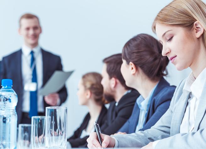 Rechtsanwaltsassistenten beim Meeting in der Kanzlei