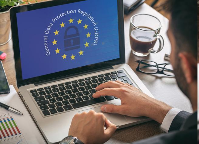 Geschäftsführer sitzt am Laptop und schaut nach den neuen Richtlinien der Dateschutzgesetzverordnung die am 25.05.2018 in Kraft tritt